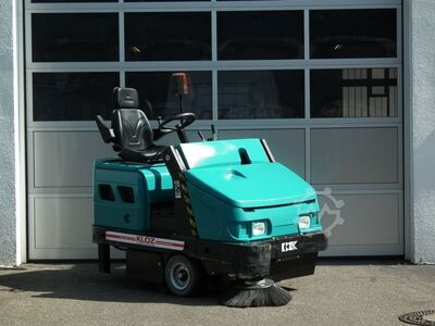 Sweepers and vacuum cleaning machine