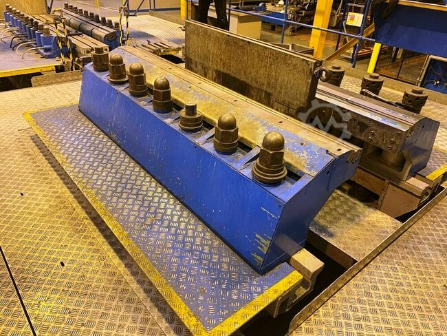 BIGWOOD 150 ton Stretch Former. Set up for Leading Edge Profiles. 1 pair 84